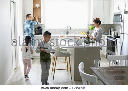 La préparation de la famille pour le dîner dans la cuisine Banque D'Images