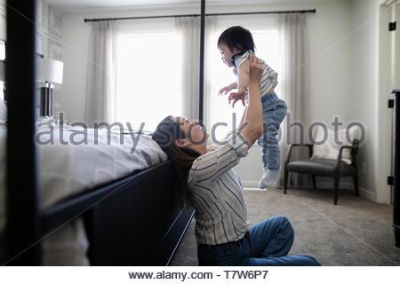 Heureuse mère et fille de bébé dans la chambre Banque D'Images