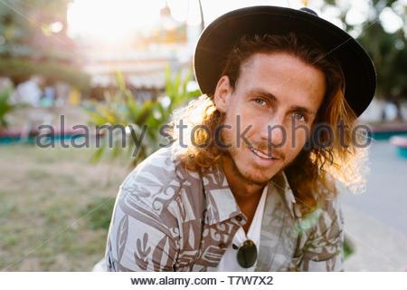 Portrait jeune homme confiant dans hat Banque D'Images