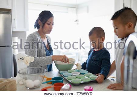 Mère et fils dans la cuisine cupcakes pâtisserie Banque D'Images