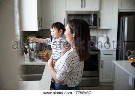 Mère et fille bébé mignon dans la cuisine Banque D'Images