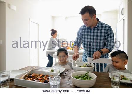Table de dîner dans la famille Banque D'Images