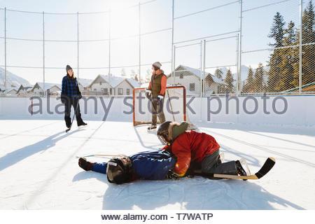 Jeu de hockey sur glace à l'extérieur de la famille Banque D'Images