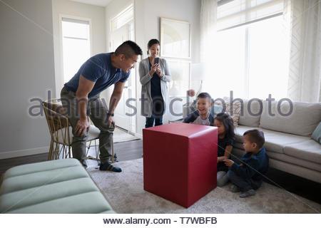 Père surprenant les enfants avec grand cadeau Banque D'Images