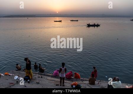 L'Inde, Uttar Pradesh, Varanasi, ablutions dans la rivière Ganga à Assi ghat au lever du soleil Banque D'Images