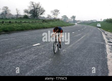Années 1960, historiques, de la randonnée à vélo légende Beryl Burton sur la route sur son vélo. Une personne calme, réservé, elle a représenté son club cycliste local, Morley CC et est resté un cycliste amateur toute sa vie, faisant le travail à temps partiel sur une ferme de la rhubarbe pour joindre les deux bouts. Tel était son dévouement pour le sport qu'elle n'avait ni télévision pas téléphone à son domicile. Banque D'Images