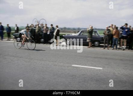 1967, historique, la légende du vélo de course sur son Beryl Burton moto. Une personne calme, réservé, elle a représenté son club cycliste local, Morley CC et est resté un cycliste amateur toute sa vie, faisant le travail à temps partiel sur une ferme de la rhubarbe pour joindre les deux bouts. Tel était son dévouement pour le sport qu'elle n'avait ni télévision pas téléphone à son domicile. Banque D'Images