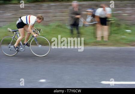 1967, historiques, de la randonnée à vélo légende Beryl Burton dans le champions nationaux jersey en vélo dans l'actionon Pennine Road Race, England, UK. Une personne calme, réservé, elle a représenté son club cycliste local, Morley CC et est resté un cycliste amateur toute sa vie, faisant le travail à temps partiel sur une ferme de la rhubarbe pour joindre les deux bouts. Tel était son dévouement pour le sport qu'elle n'avait ni télévision pas téléphone à son domicile. Banque D'Images
