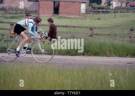 1967, historiques, cycliste amateur Charly Burton, mari de la randonnée à vélo légende Beryl Burton, sur son vélo en compétition dans la course 40 km de Pennine aux couleurs de son club local, Morley CC. Banque D'Images