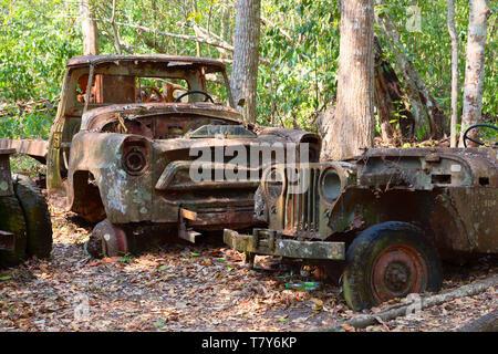 Vieilles voitures à rouiller et déversés dans la forêt, le Guatemala en Amérique centrale. Concept - ventilés, de la pollution, Banque D'Images