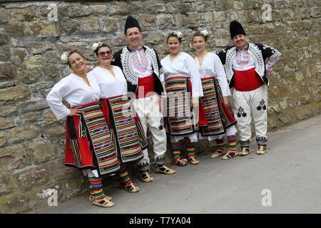 Gara Bov, Bulgarie - Mai 4, 2019: Des gens habillés avec des vêtements le folklore authentique traditionnelle Bulgare Bulgare horo danse dans Gara Bov, Bulgarie Banque D'Images