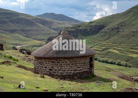 Malkerns, au Lesotho. Shepherd's hutte de terre dans les collines près de la ville de Mokhotlong, au nord-est du Lesotho, l'Afrique. Banque D'Images