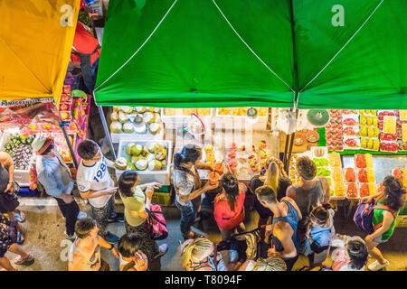 Une vue aérienne d'un étal de fruits au marché de Banzaan nuit à Patong, Phuket, Thaïlande, Asie du Sud, Asie