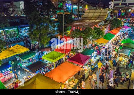Une vue aérienne du marché Banzaan nuit à Patong, Phuket, Thaïlande, Asie du Sud, Asie