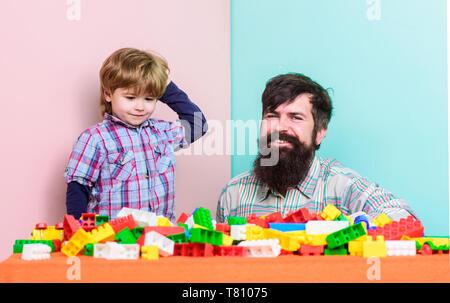 Les traditions de la famille. famille heureuse. loisirs accueil construction constructeur colorés. père et fils jouer jeu. petit garçon avec papa jouant ensemble.. le développement de l'enfant enfance heureuse. creative l'enfance. Banque D'Images