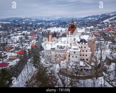 Le Château de Bran recouverts de neige en hiver, Transylvanie, Roumanie, Europe