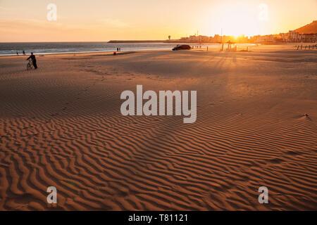 Plage d'Agadir au coucher du soleil, le Maroc, l'Afrique du Nord, Afrique Banque D'Images