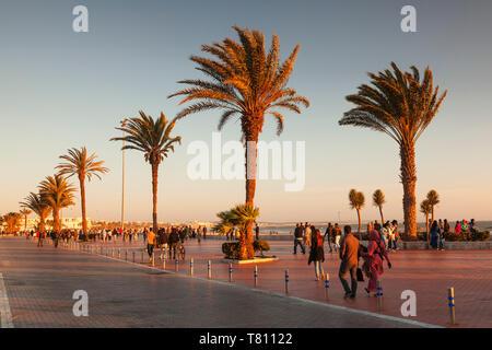 Promenade de la plage d'Agadir au coucher du soleil, le sud du Maroc, Maroc, Afrique du Nord, Afrique Banque D'Images