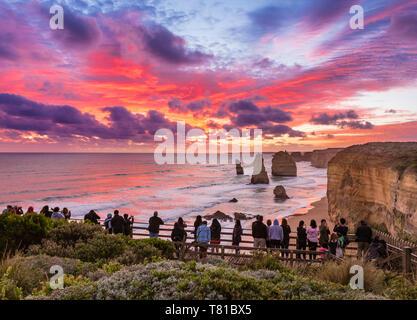 Douze Apôtres, Great Ocean Road, l'Australie - 18 Avril 2019: le magnifique coucher de soleil à douze apôtres, des pinacles de calcaire formé par