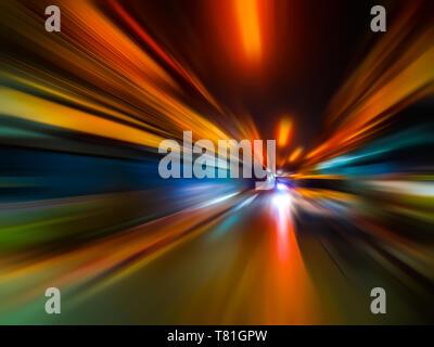Résumé de flou de la vitesse en ville sur la route de nuit et lumière néon. Banque D'Images