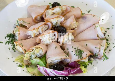 Rouleaux de viande disposés sur le plat Banque D'Images