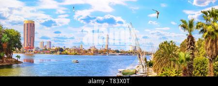 Vue panoramique sur le Nil et la Tour du Caire du port Banque D'Images