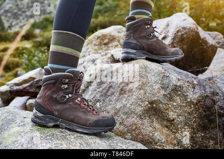 Female hiker enjambant les rochers, portrait de chevilles et des bottes de randonnée Banque D'Images