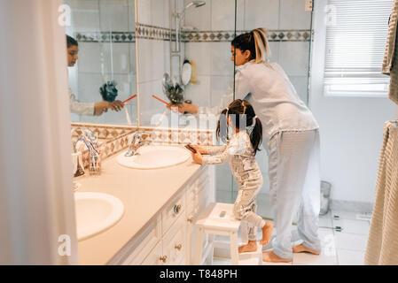 Mère et fille se préparer dans la salle de bains Banque D'Images