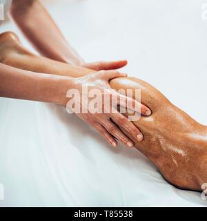 Massage des jambes Banque D'Images