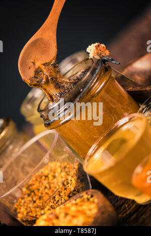 La gelée royale la propolis le pollen le miel avec et Banque D'Images