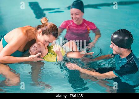 Leçon de natation pour bébés Banque D'Images