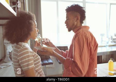 Jeune couple afro-américaines de dégustation Banque D'Images