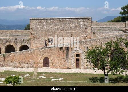 Deux touristes marcher le long des murs du château, château de Pylos, Niokastro, Péloponnèse, Grèce Banque D'Images