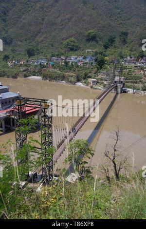 Pont suspendu au milieu de la rivière Alaknanda près de Srinagar jouxtant la célèbre Dhari Devi temple, Uttarakhand, Inde Banque D'Images
