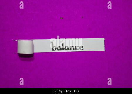 L'équilibre, l'Inspiration, la motivation et l'entreprise concept sur papier déchiré violet Banque D'Images