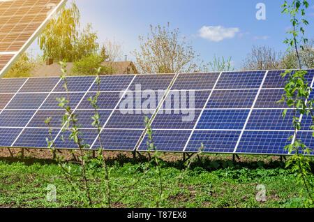 Power Plant à l'aide d'énergie solaire renouvelable avec soleil. Banque D'Images