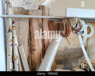 Piliers de bois et de grosses planches par l'atelier de meubles sont prêts à travailler joiner, soft focus Banque D'Images