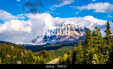 Mont Fitzwilliam, l'Est sur l'autoroute de Yellowhead, dans les Rocheuses canadiennes. La moitié inférieure est la dolomie. La moitié supérieure du quartzite couvertes de lichen Banque D'Images