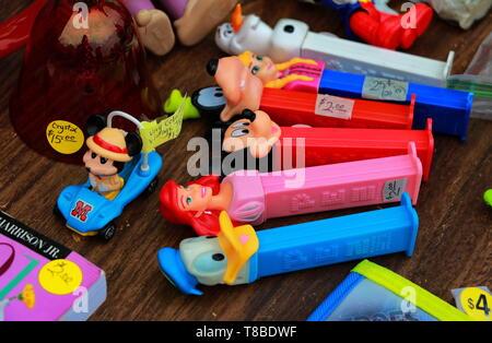 PEZ vintage des conteneurs et d'autres jouets colorés en vente au marché aux puces Banque D'Images