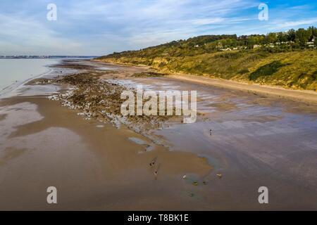 France, Calvados, Pays d'Auge, Trouville sur Mer, les roches noires (Black Rocks) beach qui s'étend sur plusieurs kilomètres en direction de Hennequeville et Villerville, bordée par les falaises de roches noires, Le Havre en arrière-plan (vue aérienne)
