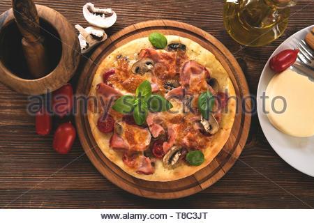 Pizza fait maison sur planche de bois - Vue de dessus Banque D'Images