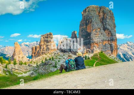 Heureux couple âgé assis dans les montagnes. Couple randonneur avec sac à dos se reposer près de chemin de randonnée et profiter de la magnifique vue, à Cinque Banque D'Images