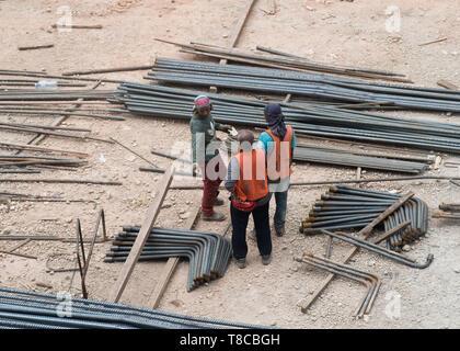 Les travailleurs de la construction et les barres d'acier at construction site, Kuala Lumpur, Malaisie Banque D'Images