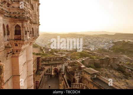 Vue imprenable sur l'ancien fort Mehrangarh lors d'un magnifique coucher de soleil avec la ville bleue de Jodhpur en arrière-plan, Rajasthan, Inde.