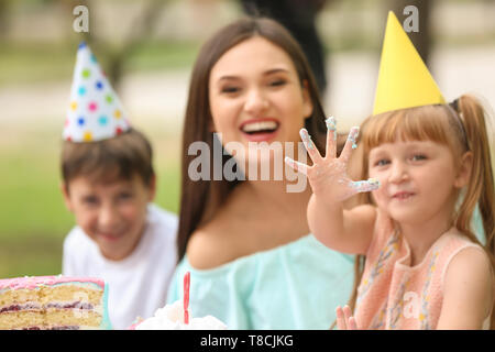 Cute little Girl with Birthday party outdoors Banque D'Images
