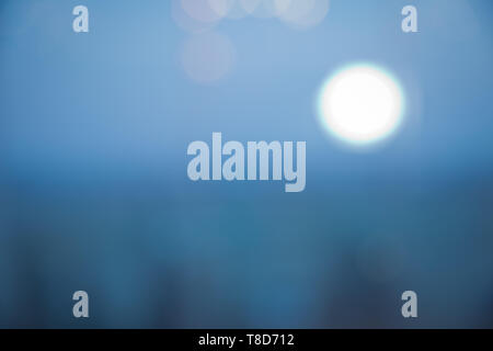 Colorful bokeh background en fond de ciel bleu flou . blue glow light abstrait flou d'artifices . Fond bleu avec flou artistique flou s'allume . Banque D'Images