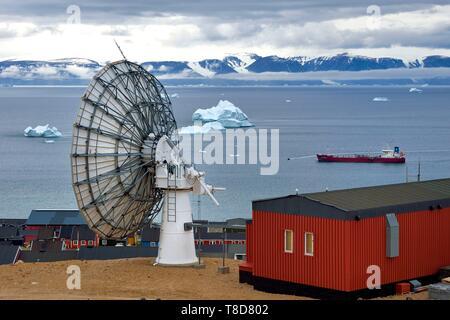Le Groenland, côte nord-ouest, la mer de Baffin, Qaanaaq ou nouvelle Thulé, antenne satellite Banque D'Images