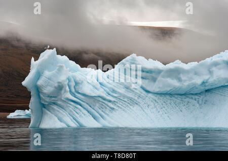 Le Groenland, côte nord-ouest, la mer de Baffin, iceberg dans le fjord d'Inglefield vers Qaanaaq et la calotte glaciaire dans l'arrière-plan Banque D'Images