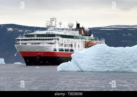 Le Groenland, côte nord-ouest, la mer de Baffin, Fjord d'Inglefield vers Qaanaaq, iceberg et le MS Fram navire Hurtigruten de cruse Banque D'Images