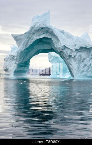 Le Groenland, côte nord-ouest, la mer de Baffin, Fjord d'Inglefield vers Qaanaaq, iceberg, formant une arche Banque D'Images